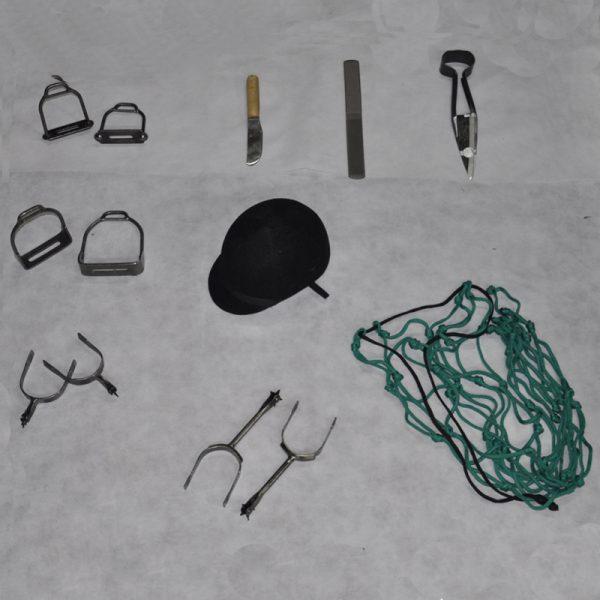 Articulos varios- Estribos de hierro, espuelas comun y clineras, tijera de tusar, desvasador, raspa o escofina, casco de salto y pastera de cordon 6 mm 2